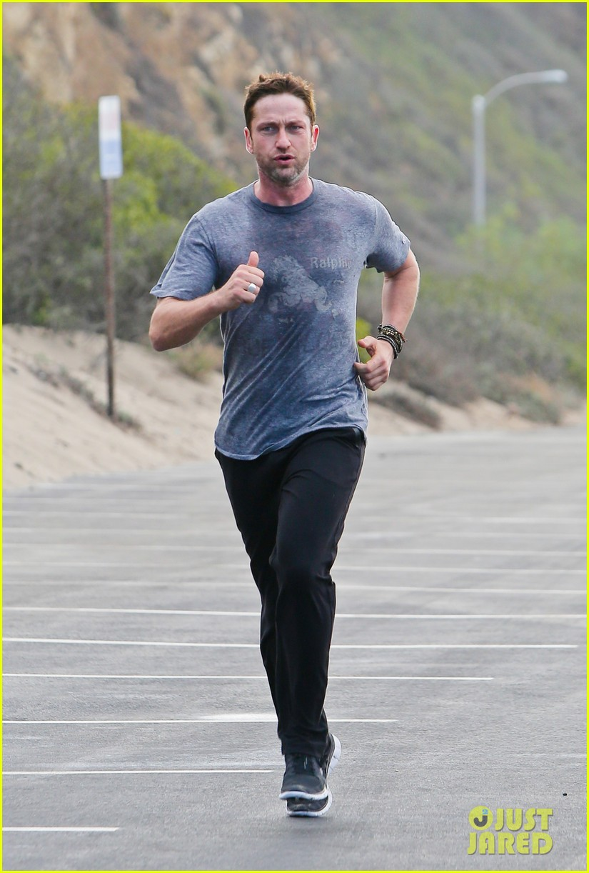 gerard butler works up a sweat for morning run 032997392