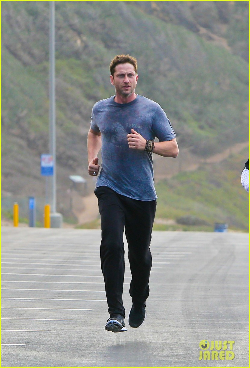 gerard butler works up a sweat for morning run 052997394