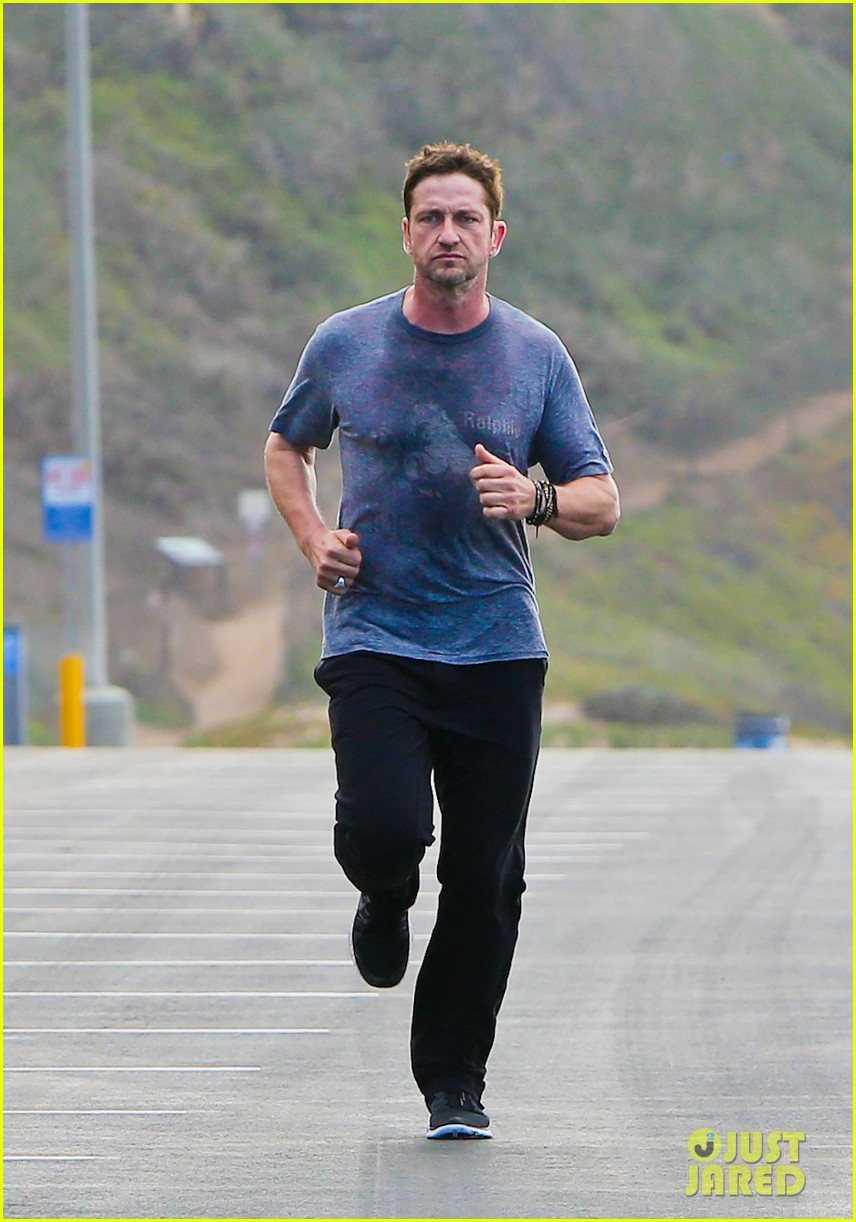 gerard butler works up a sweat for morning run 062997395