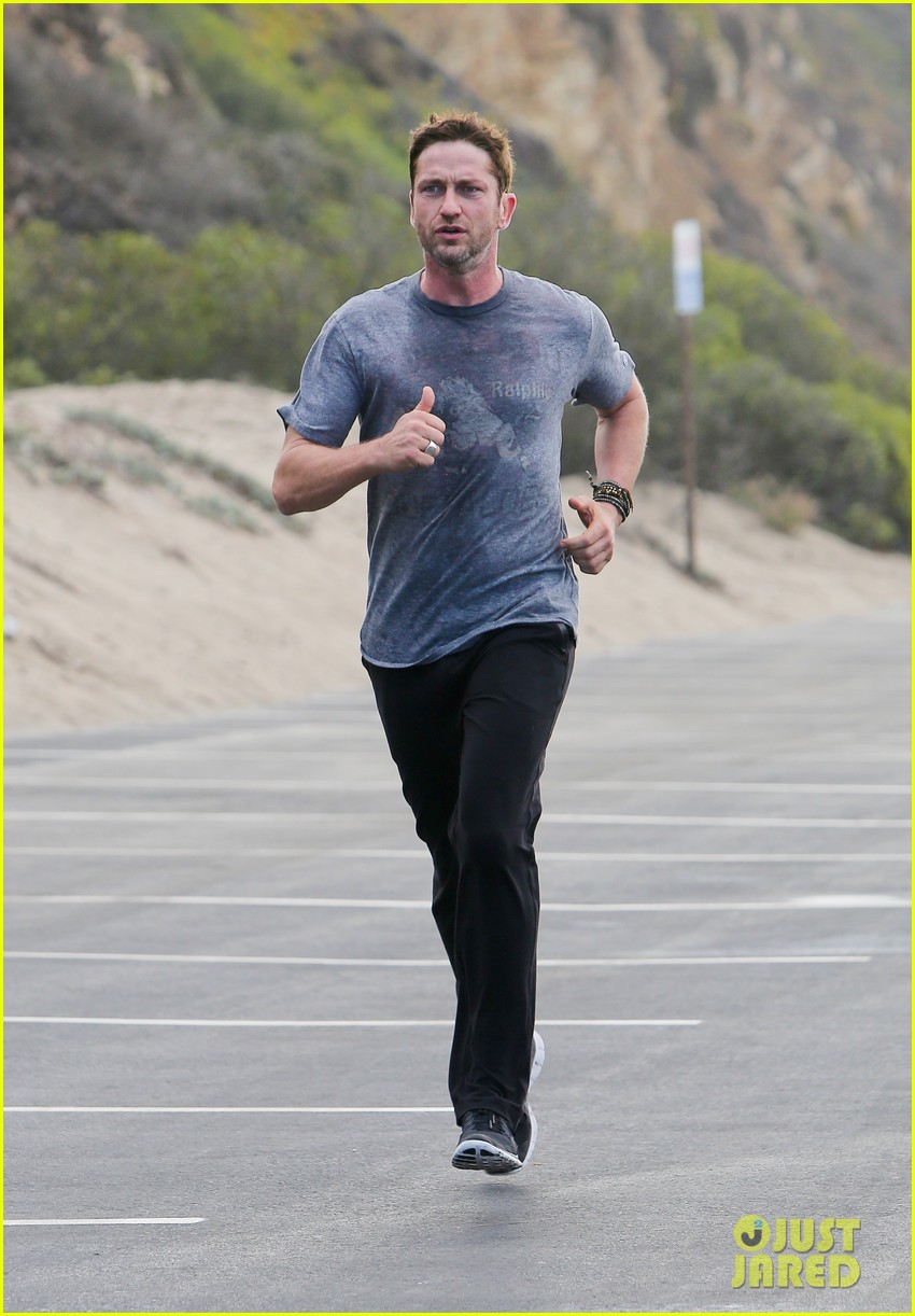 gerard butler works up a sweat for morning run 092997398