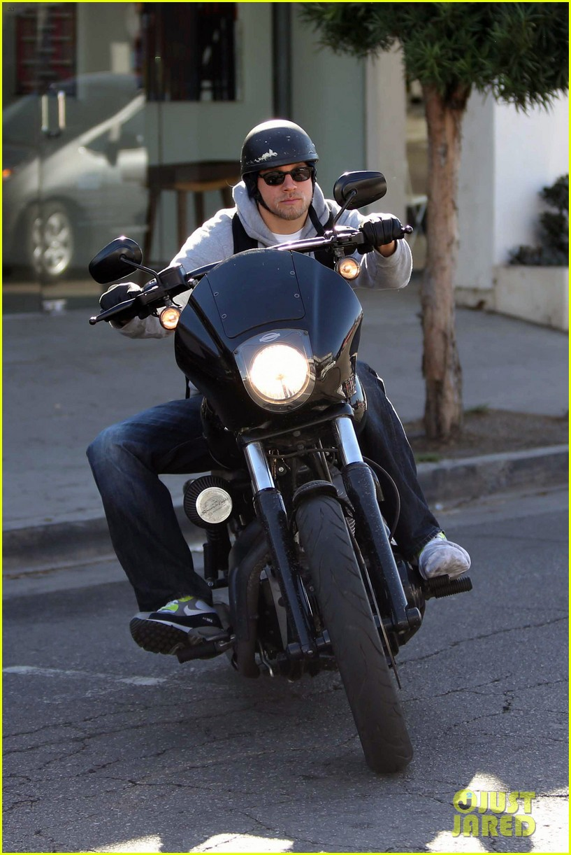 charlie hunnam west hollywood motorcycle man 012985609