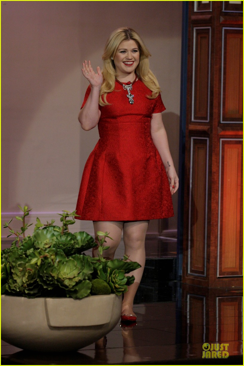kelly clarkson wrapped in red for leno photo 2990749