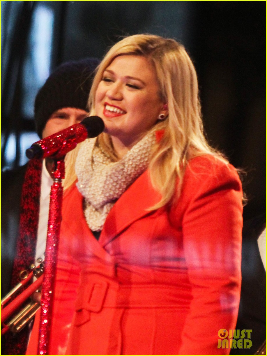 pregnant kelly clarkson is wrapped in red for christmas taping 023001147