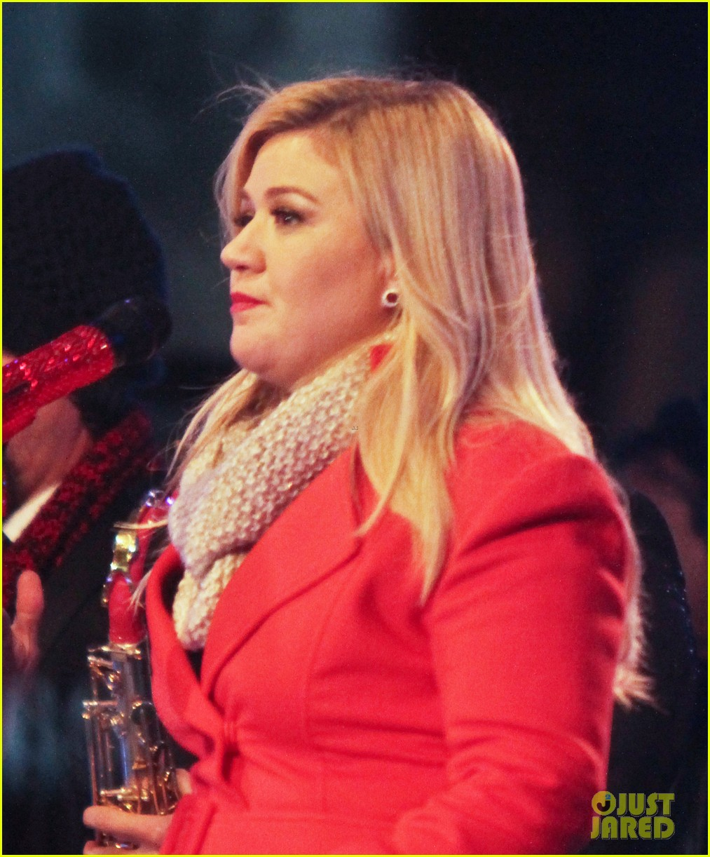 pregnant kelly clarkson is wrapped in red for christmas taping 043001149
