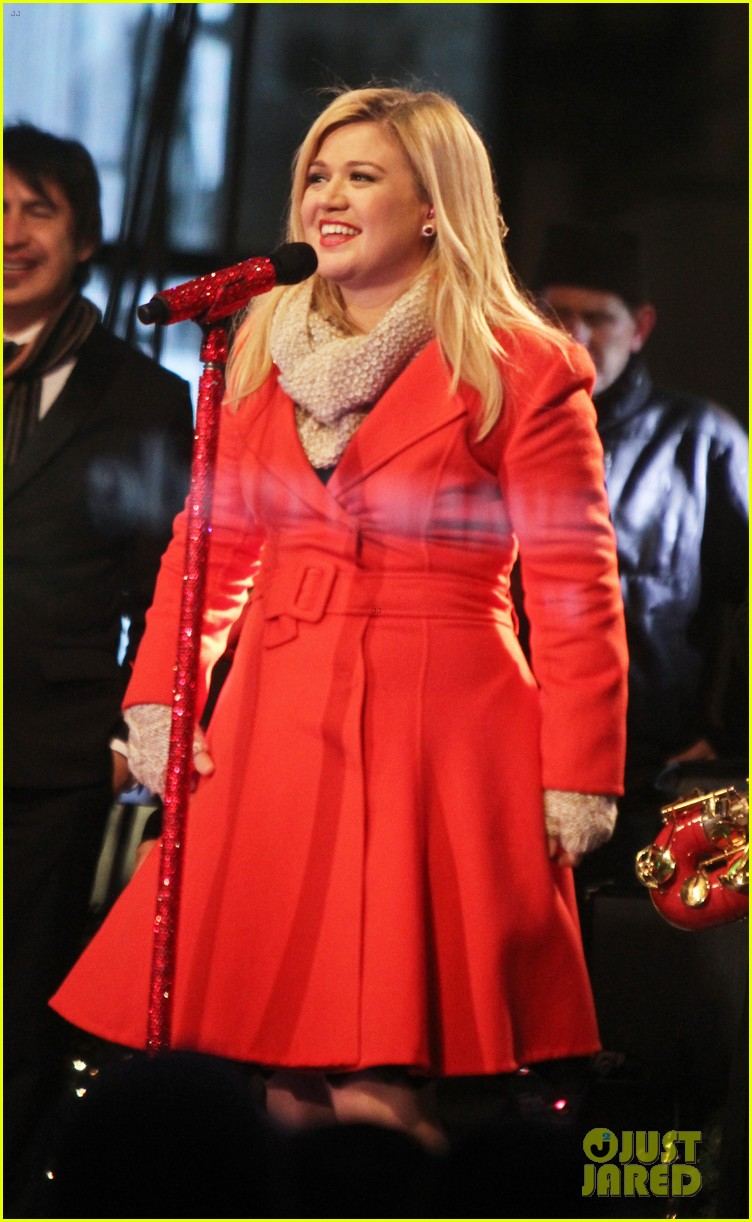 pregnant kelly clarkson is wrapped in red for christmas taping 053001150
