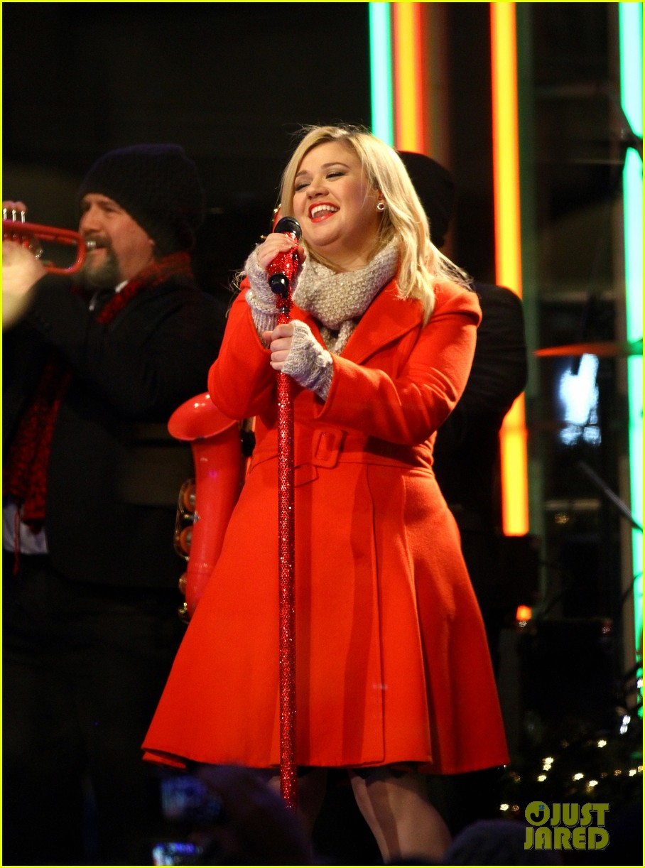 Kelly Clarkson is Literally \'Wrapped in Red\' for Christmas Taping ...