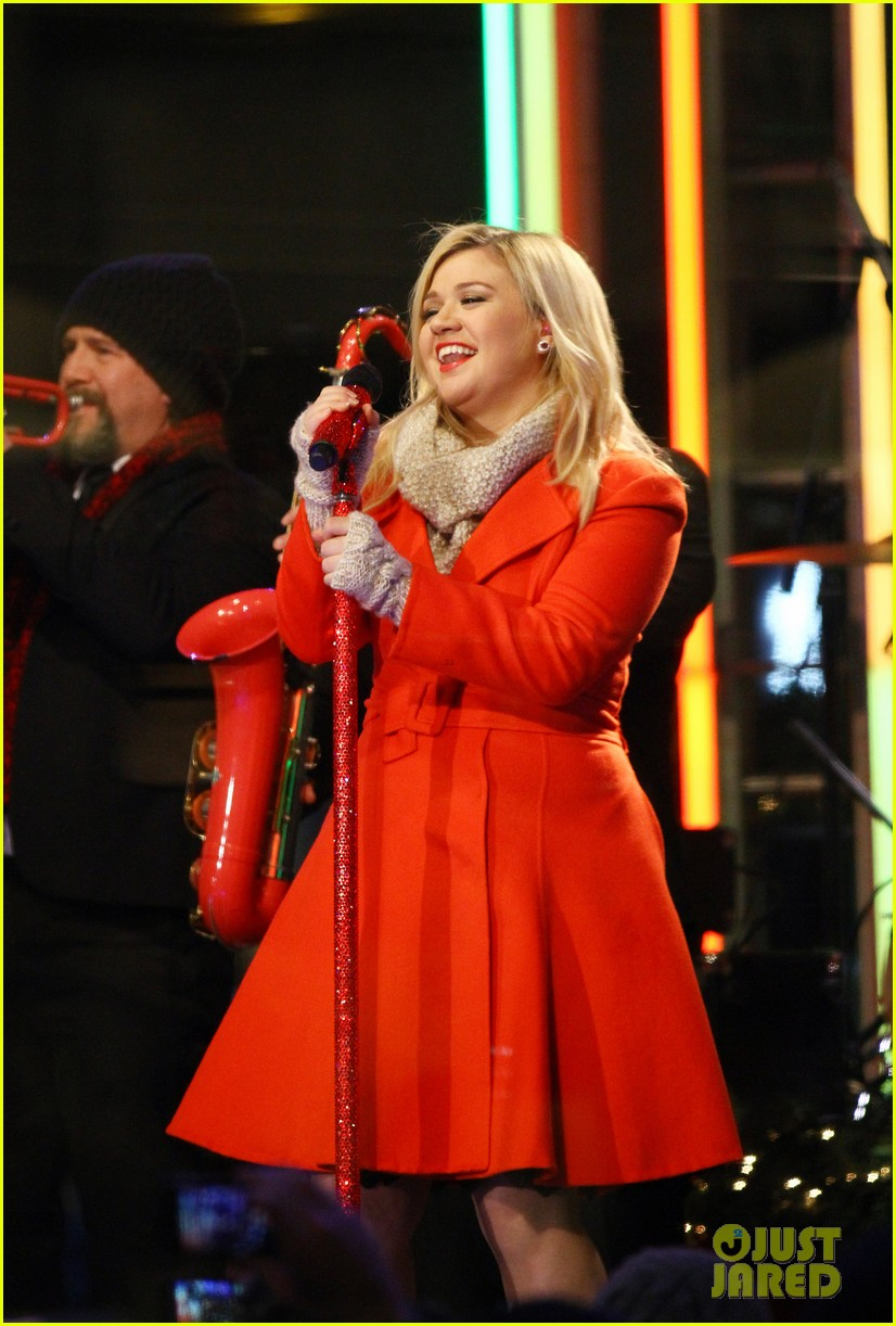 pregnant kelly clarkson is wrapped in red for christmas taping 073001152