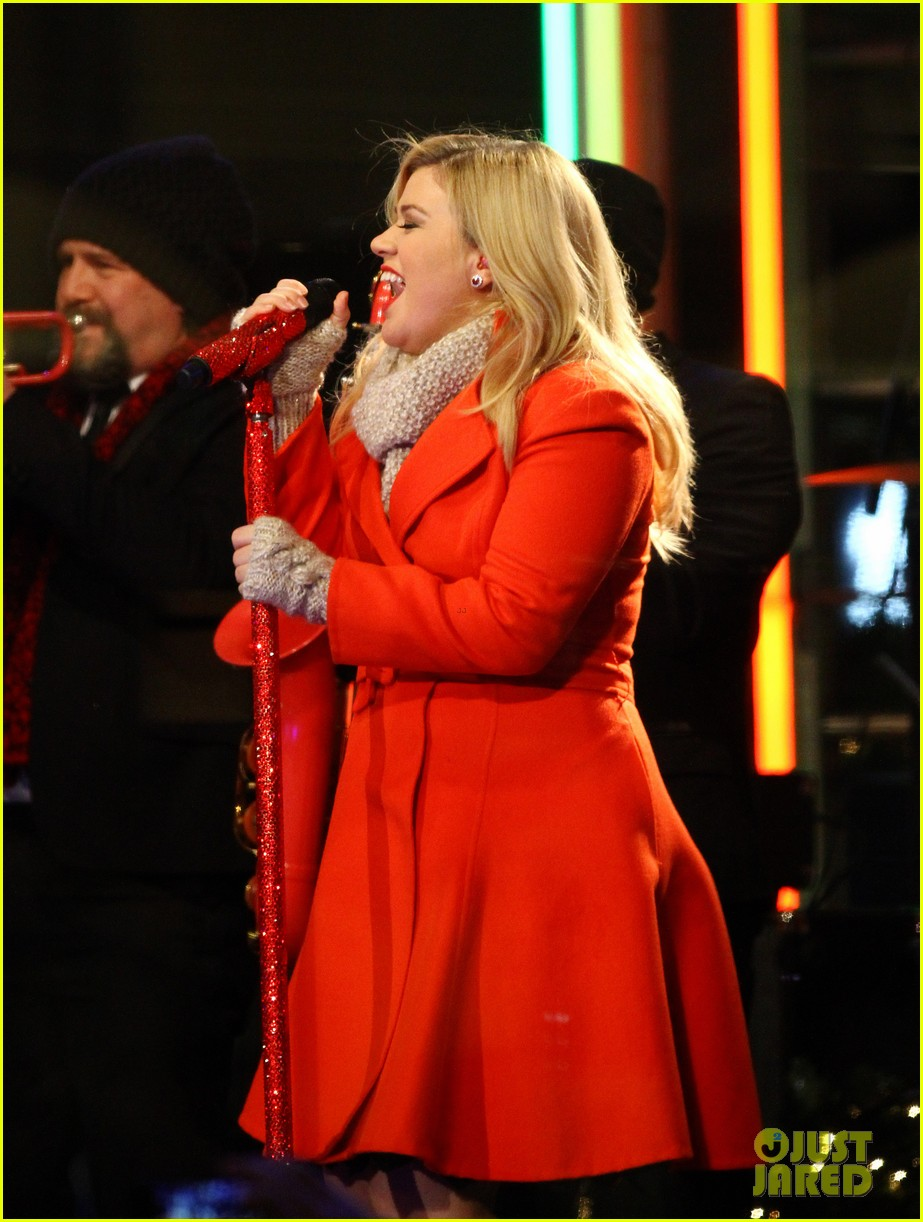 pregnant kelly clarkson is wrapped in red for christmas taping 083001153