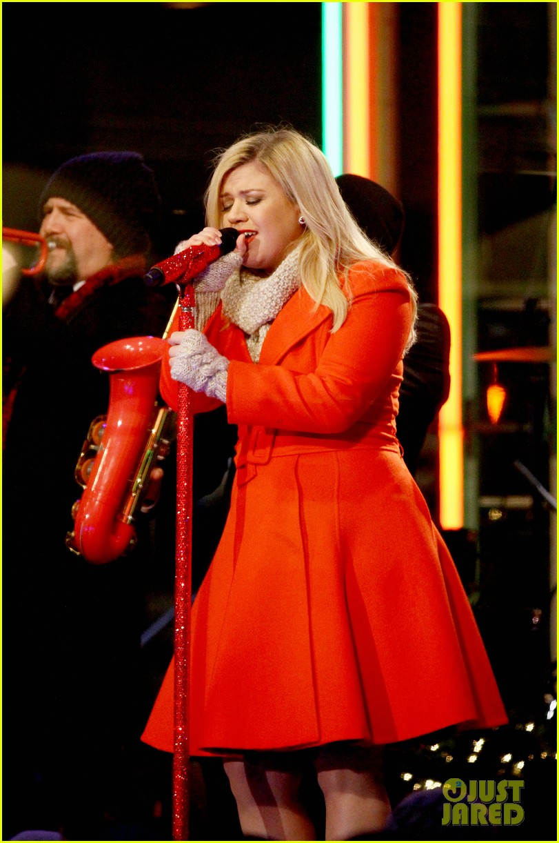pregnant kelly clarkson is wrapped in red for christmas taping 093001154