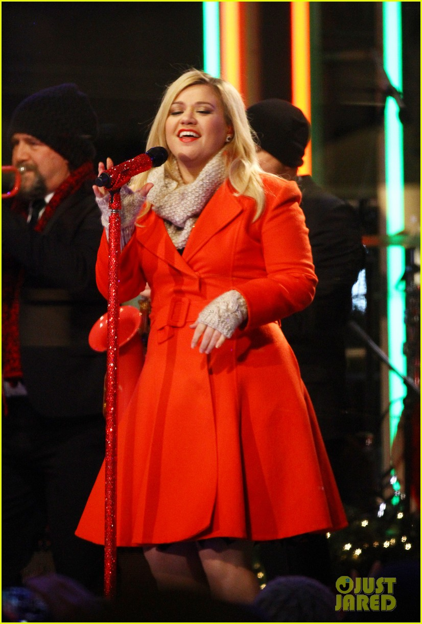pregnant kelly clarkson is wrapped in red for christmas taping 113001156
