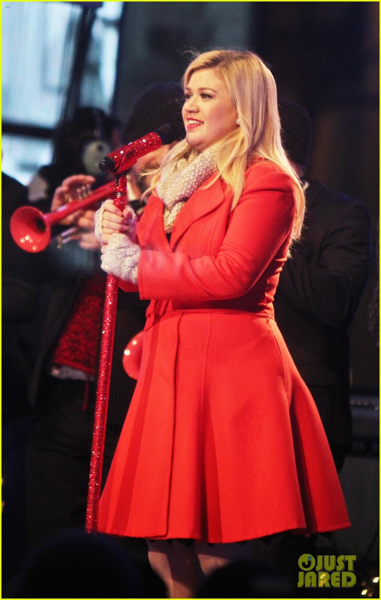 pregnant kelly clarkson is wrapped in red for christmas taping 143001159