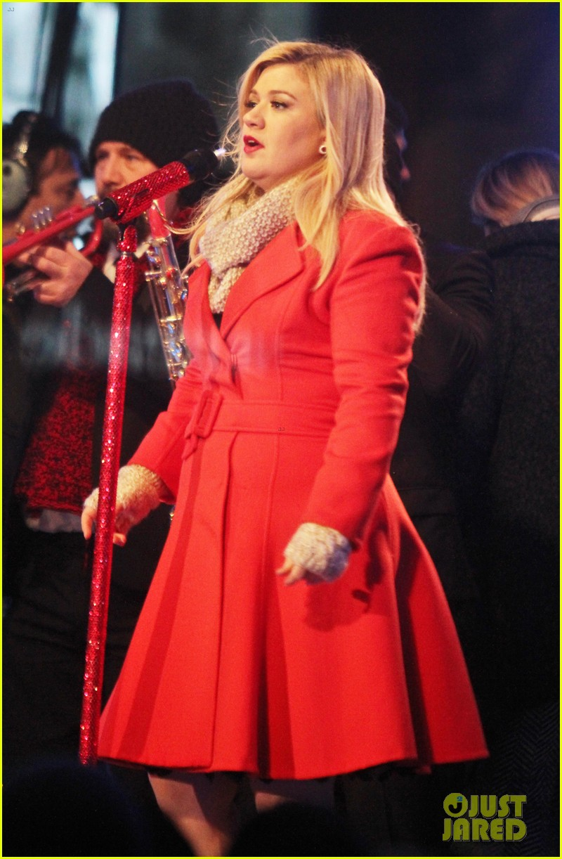 pregnant kelly clarkson is wrapped in red for christmas taping 153001160