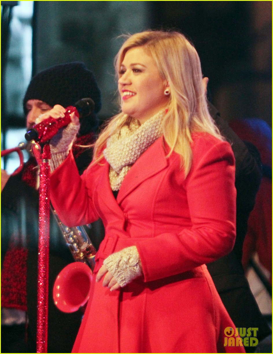 pregnant kelly clarkson is wrapped in red for christmas taping 173001162