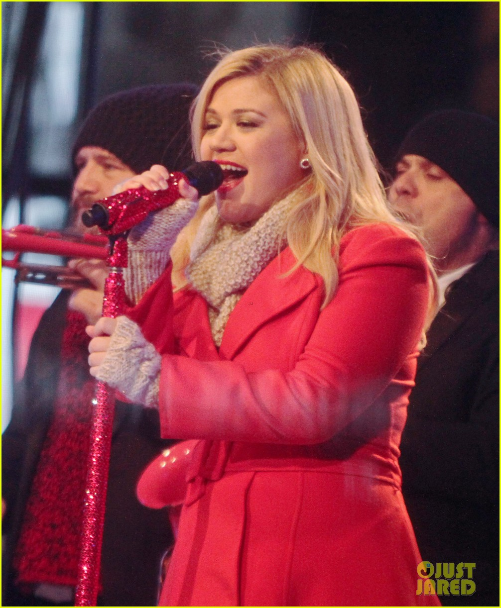 pregnant kelly clarkson is wrapped in red for christmas taping 18