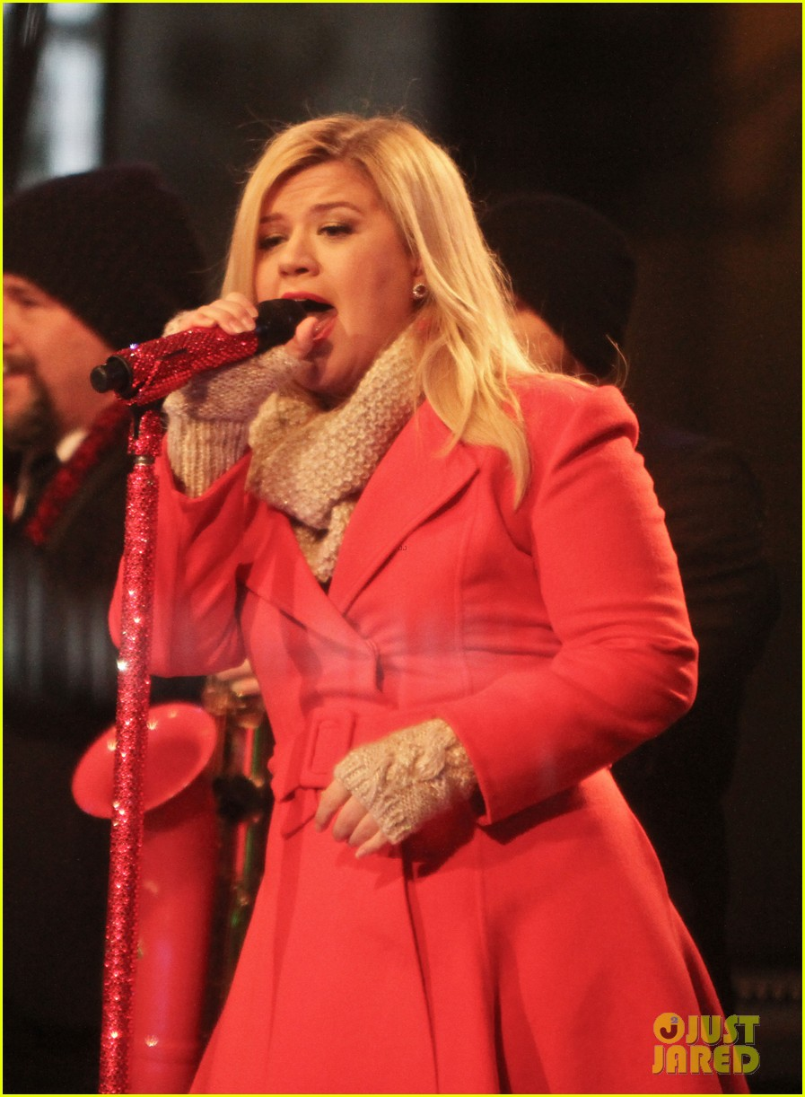 pregnant kelly clarkson is wrapped in red for christmas taping 193001164