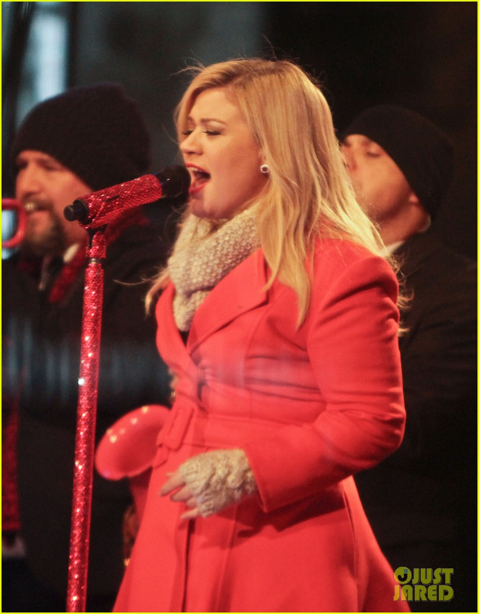 pregnant kelly clarkson is wrapped in red for christmas taping 203001165