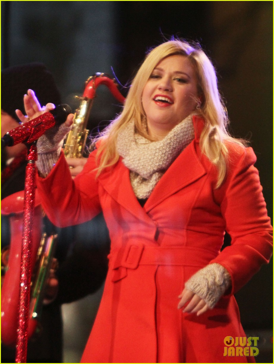 pregnant kelly clarkson is wrapped in red for christmas taping 223001167