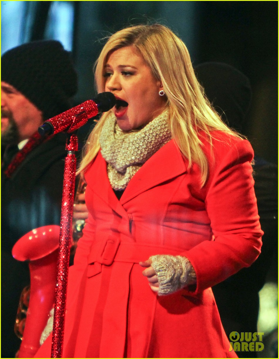 pregnant kelly clarkson is wrapped in red for christmas taping 233001168