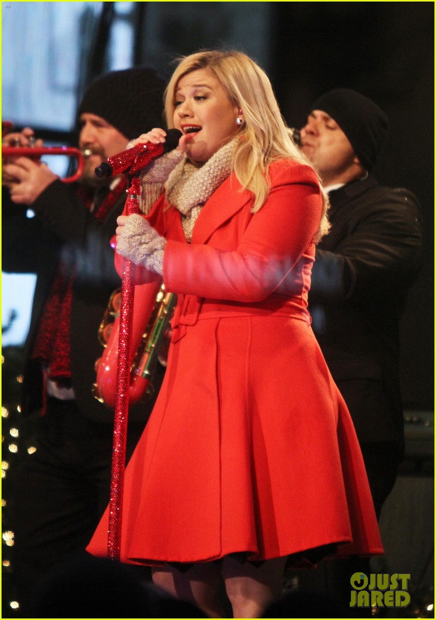 pregnant kelly clarkson is wrapped in red for christmas taping 243001169