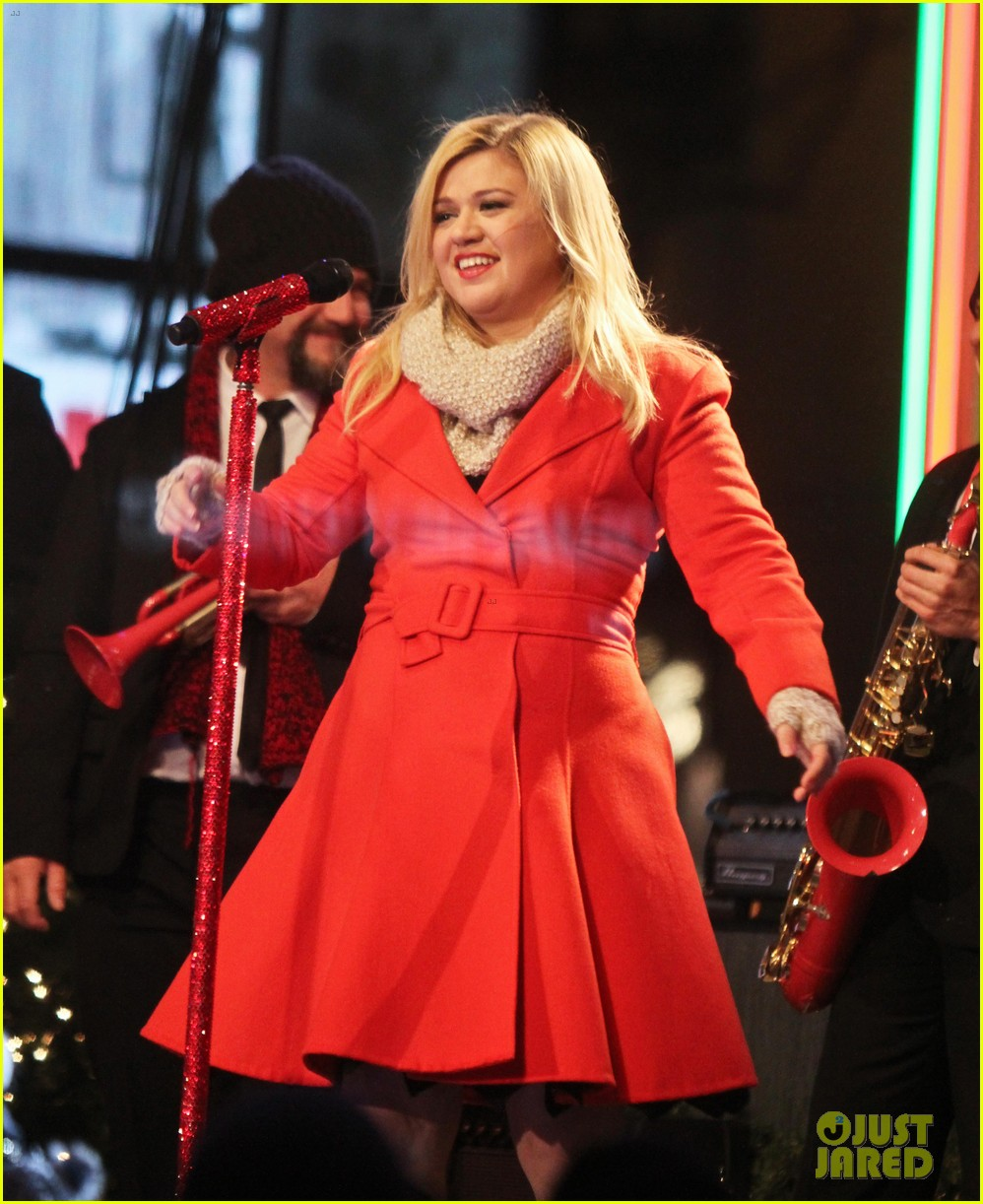 pregnant kelly clarkson is wrapped in red for christmas taping 253001170