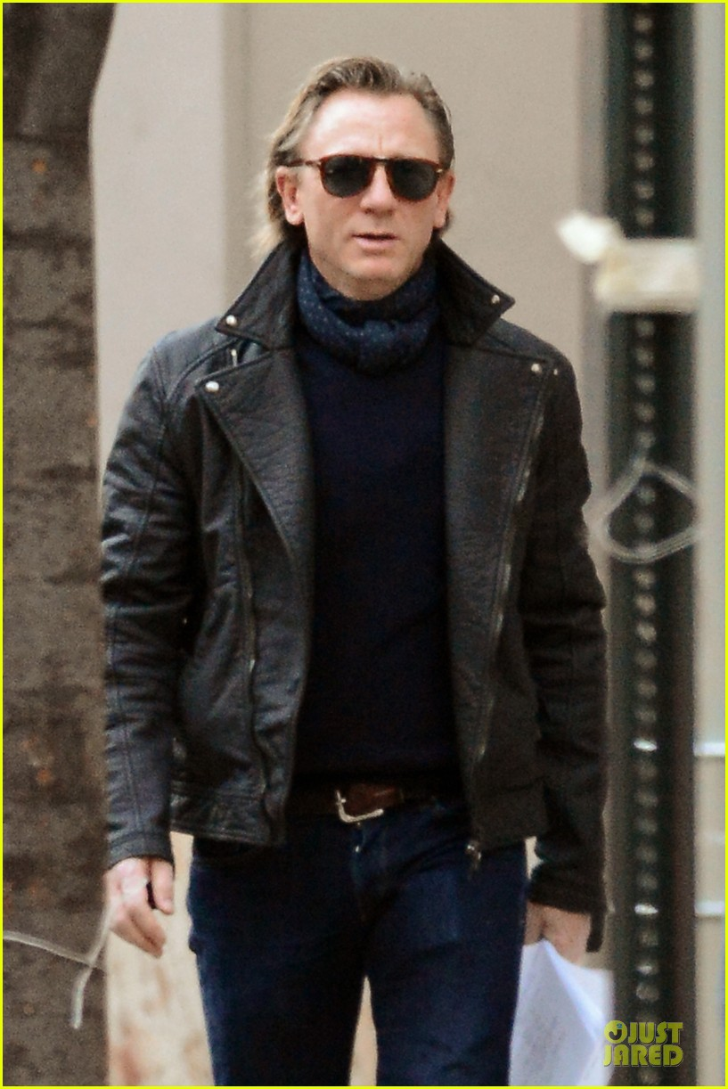 daniel craig rocks leather for betrayal arrival 022995540