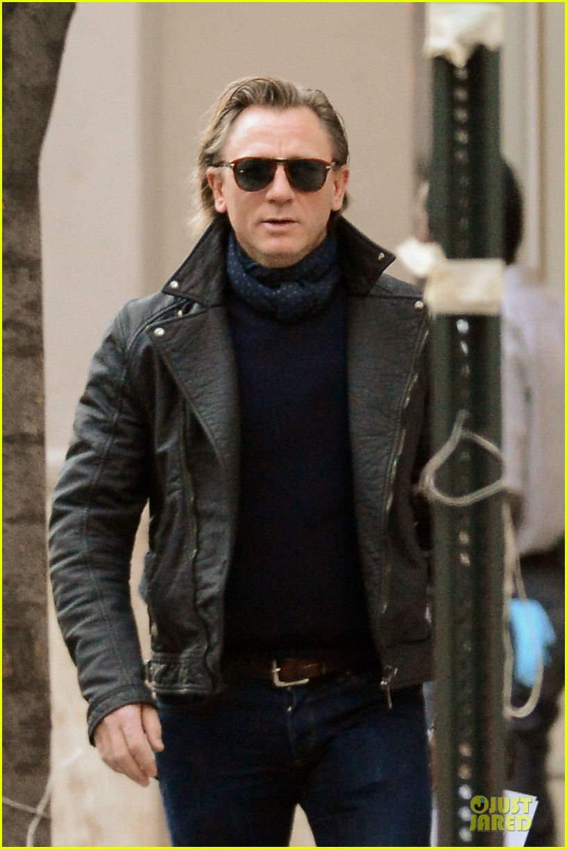 daniel craig rocks leather for betrayal arrival 072995545