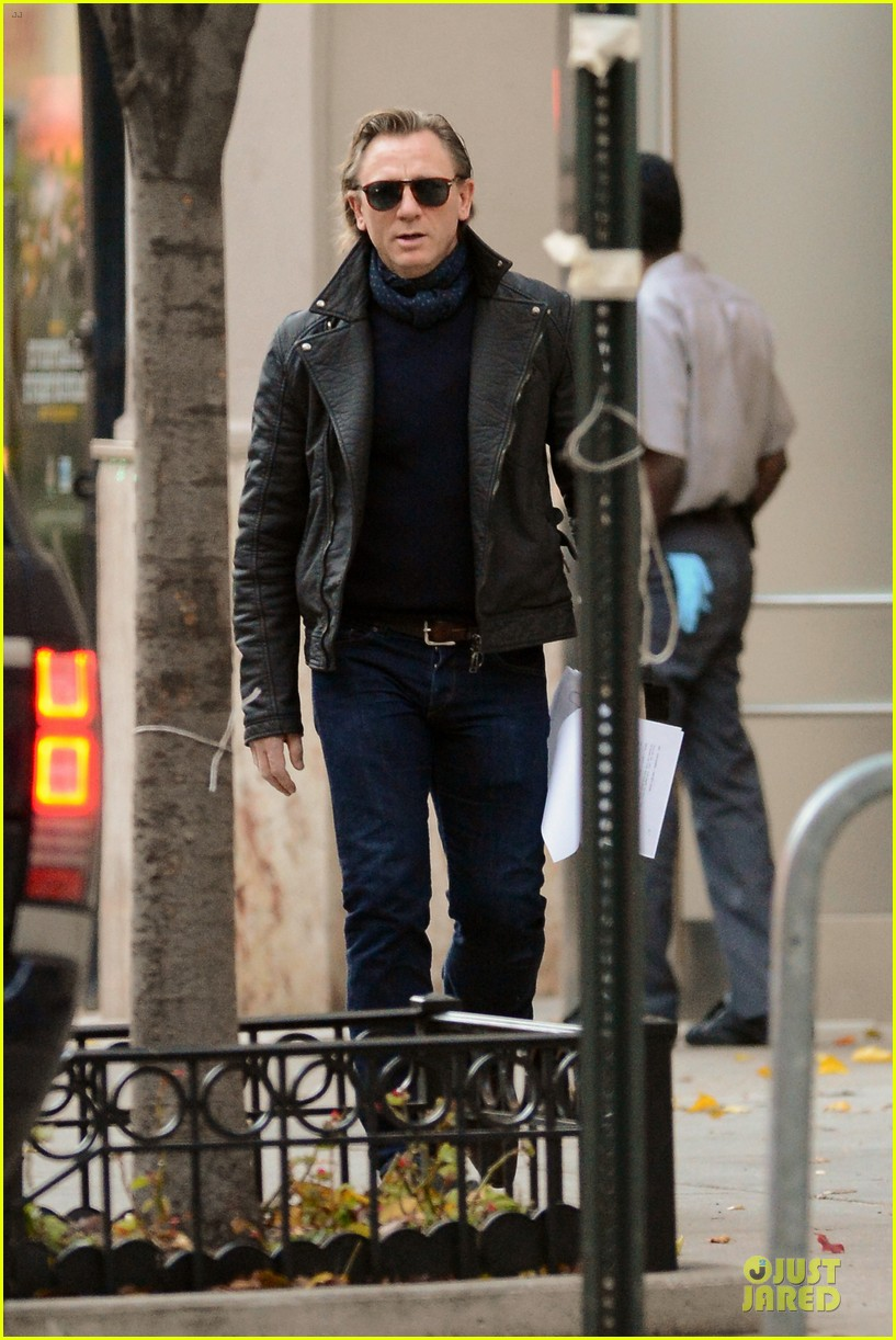 daniel craig rocks leather for betrayal arrival 102995548