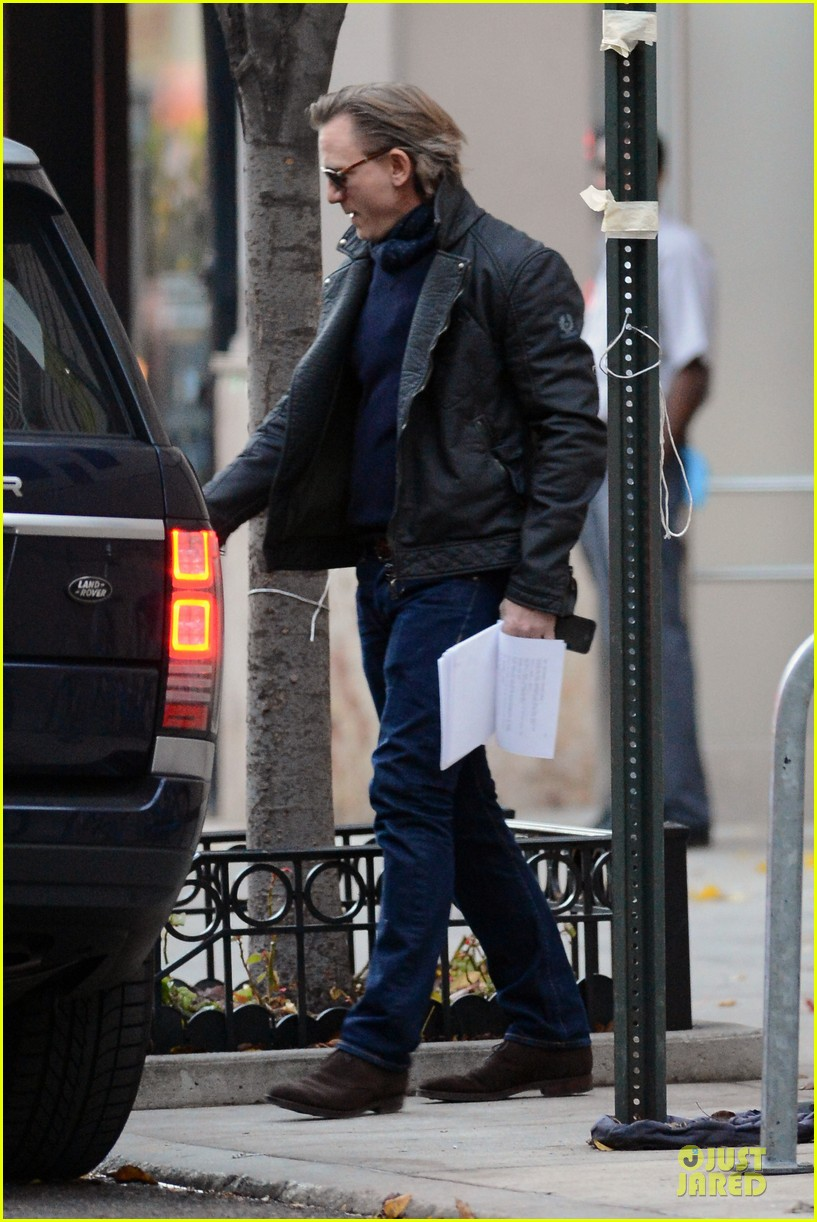 daniel craig rocks leather for betrayal arrival 132995551