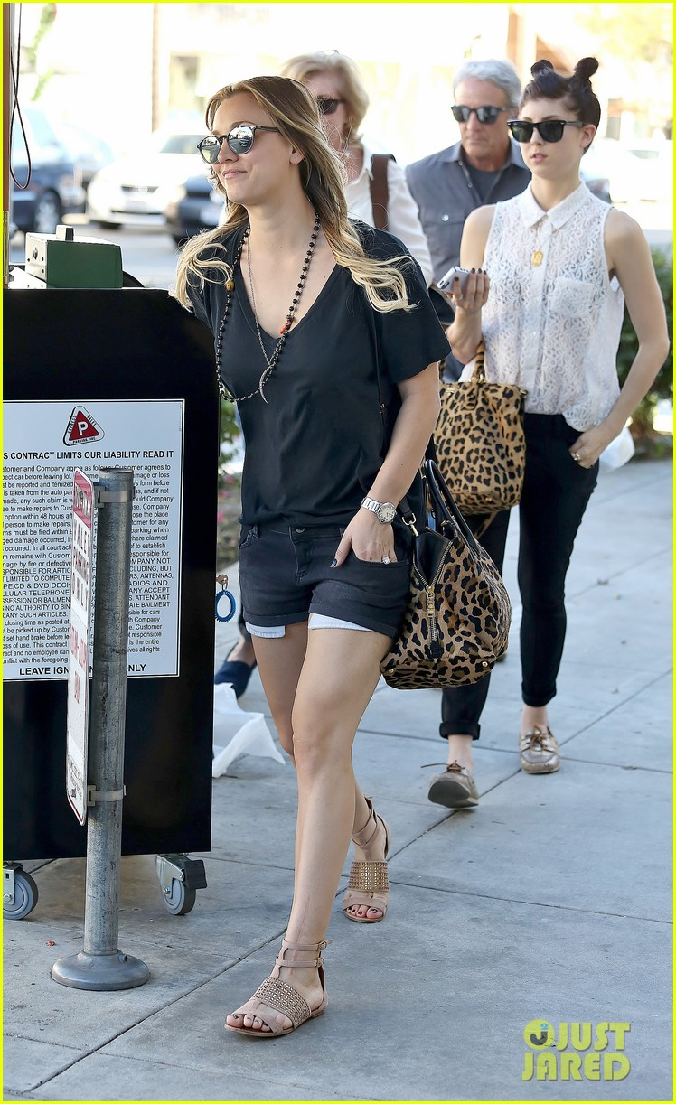 kaley cuoco lunches with sister briana 242993172
