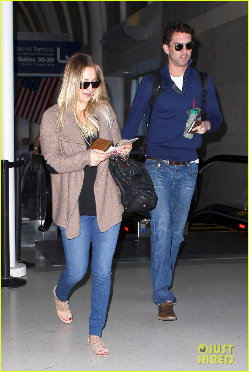 kaley cuoco sets wedding date before holiday with ryan sweeting 043001370