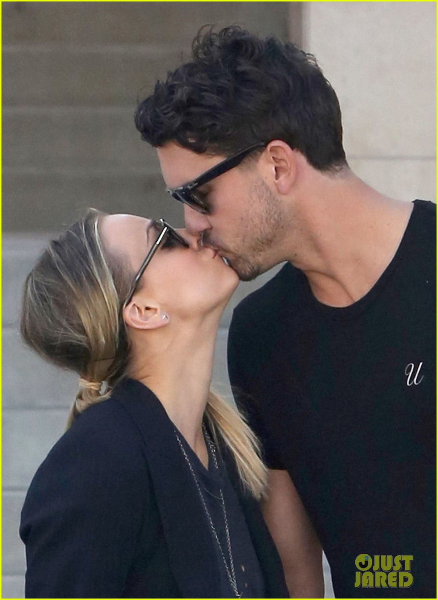 kaley cuoco ryan sweeting kiss kiss 02