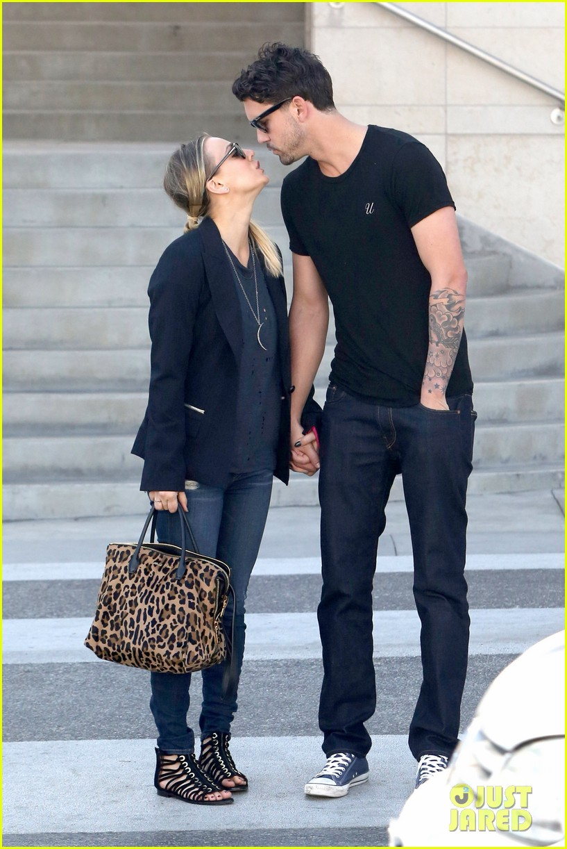 kaley cuoco ryan sweeting kiss kiss 052990556