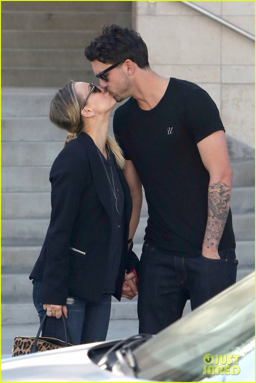kaley cuoco ryan sweeting kiss kiss 092990560