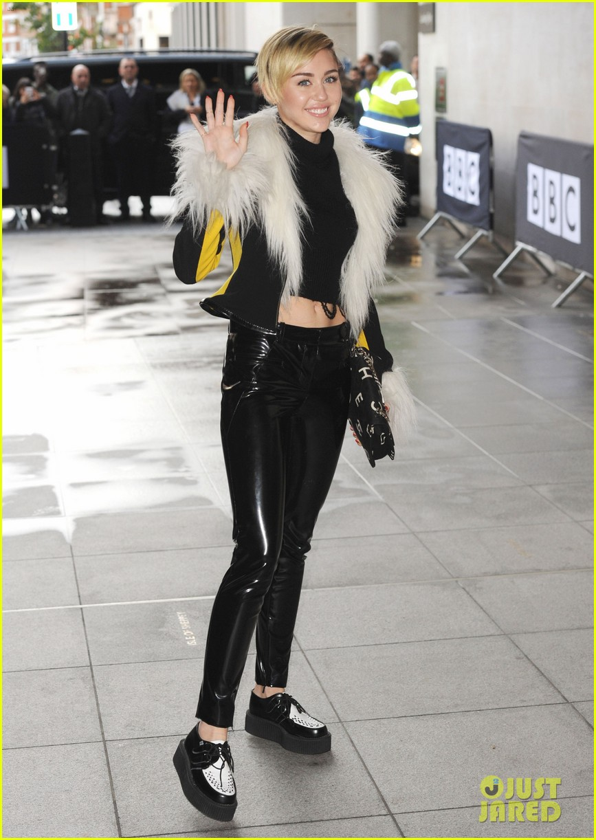miley cyrus steps out after lighting blunt at mtv ema 2013 022990965