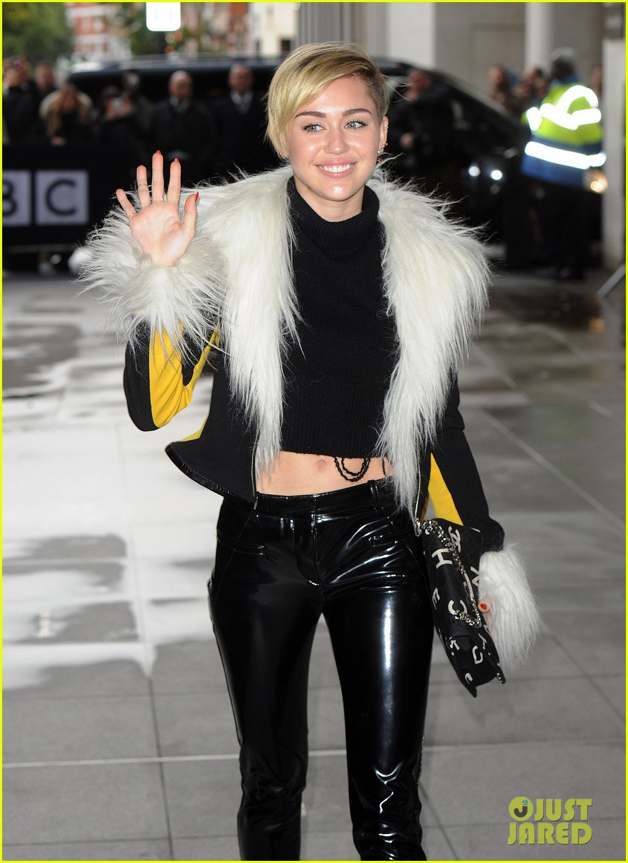 miley cyrus steps out after lighting blunt at mtv ema 2013 042990967
