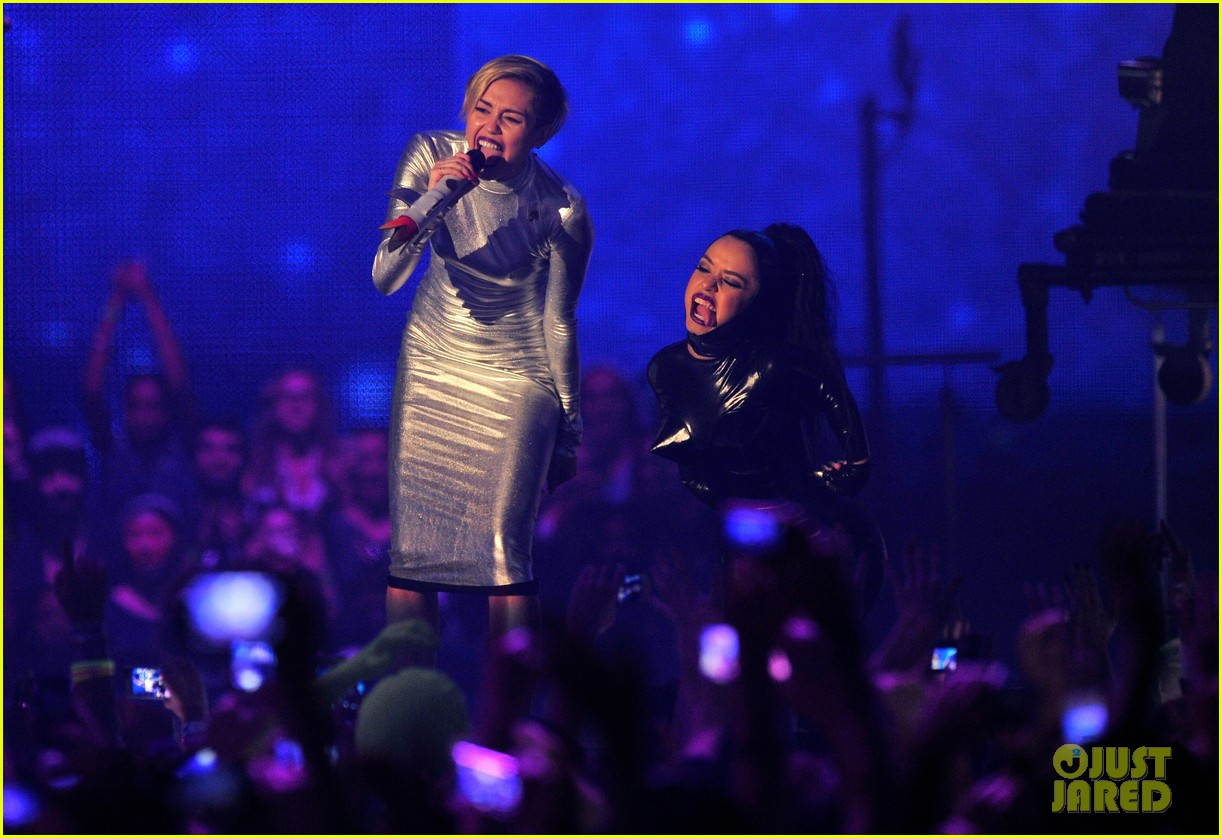 miley cyrus mtv ema performance video 2013 012989853