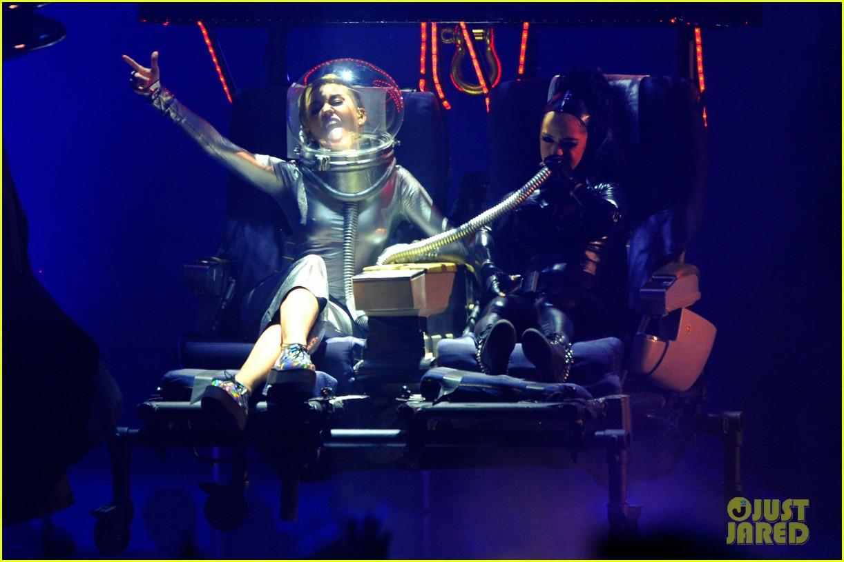 miley cyrus mtv ema performance video 2013 022989854