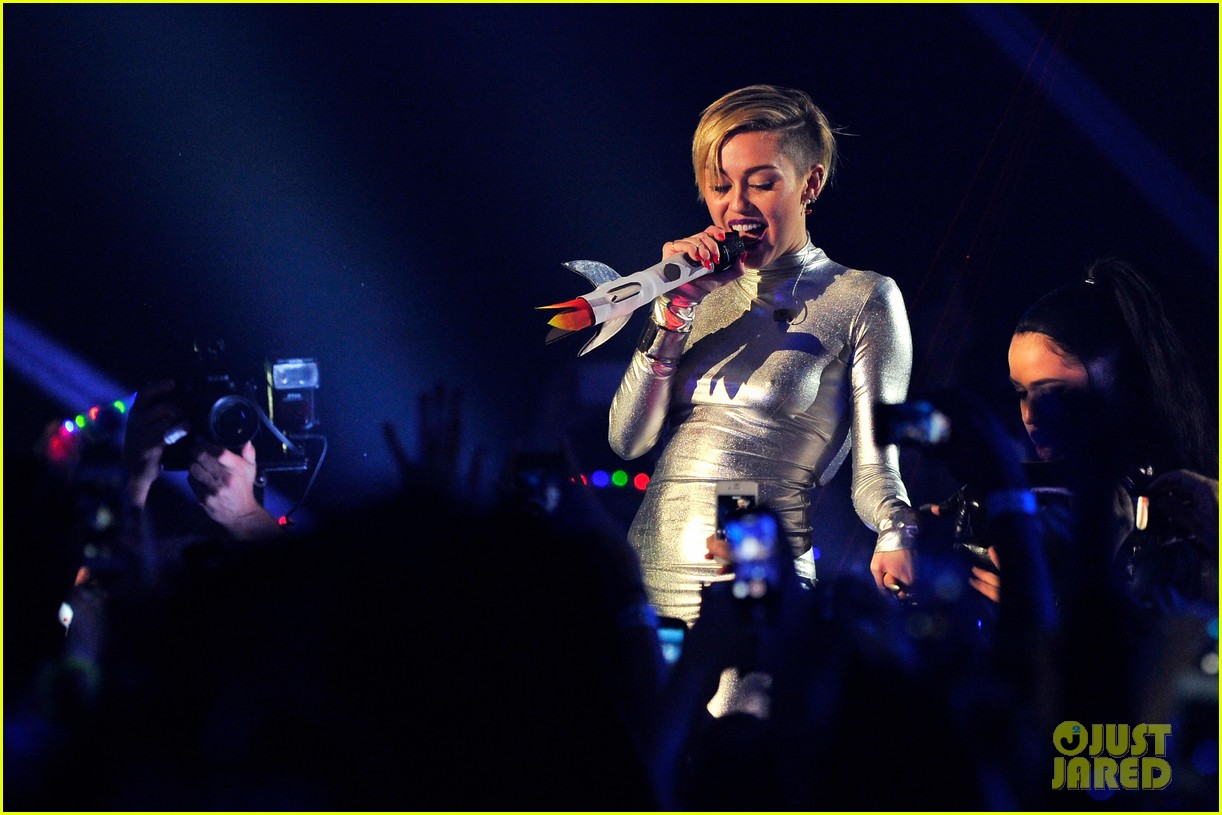 miley cyrus mtv ema performance video 2013 04