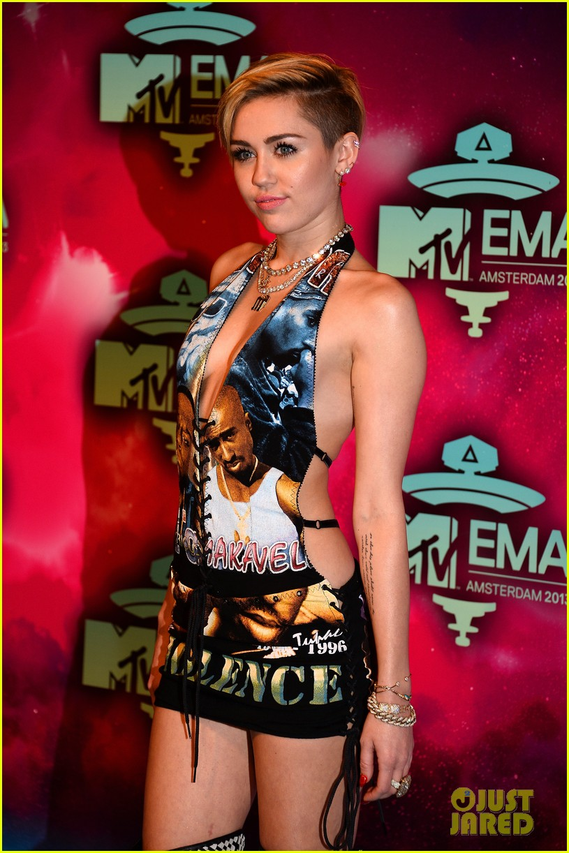 miley cyrus please stop violence dress at mtv ema 2013 082989794