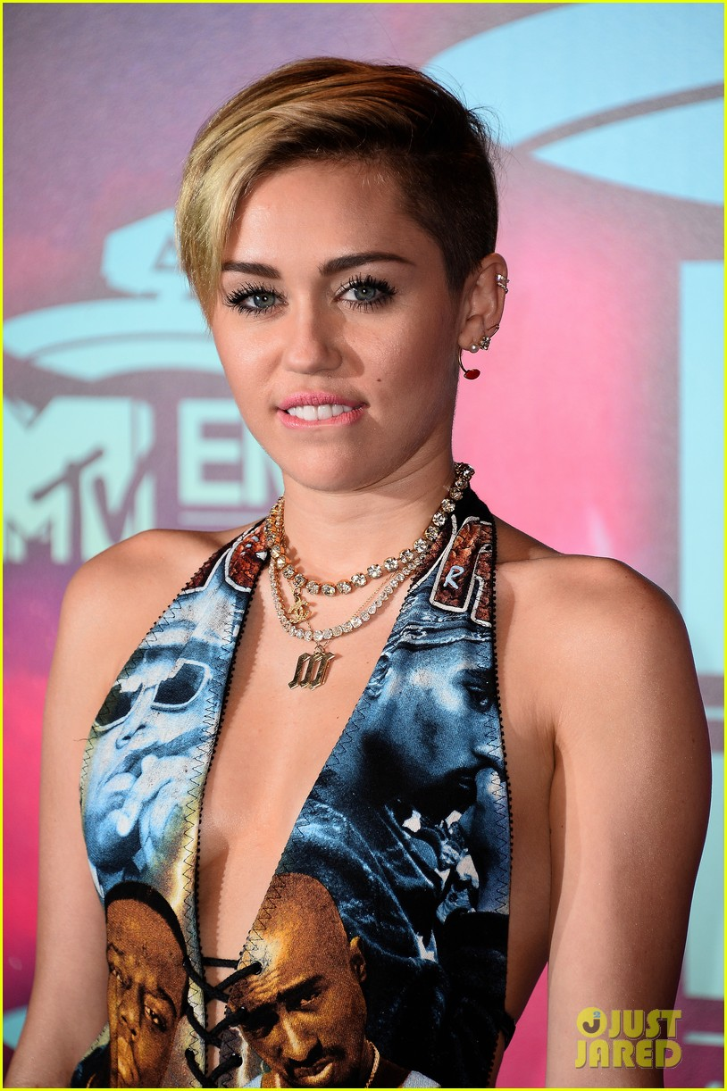 miley cyrus please stop violence dress at mtv ema 2013 112989797