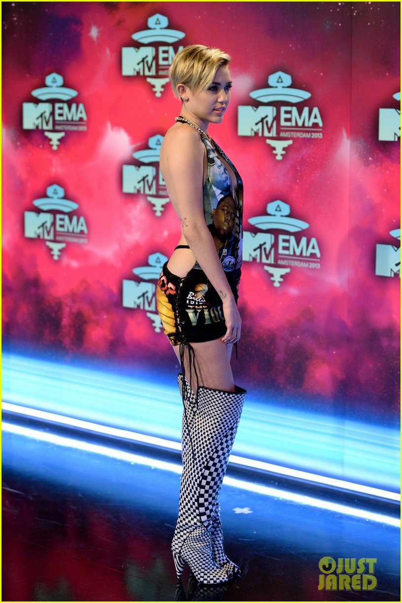 miley cyrus please stop violence dress at mtv ema 2013 16