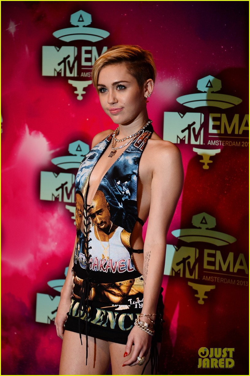 miley cyrus please stop violence dress at mtv ema 2013 19