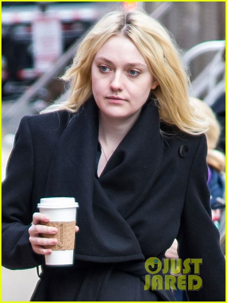 dakota fanning fake baby bump on fanny film set 07