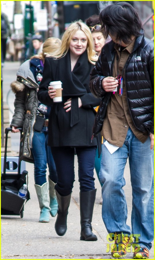 dakota fanning fake baby bump on fanny film set 092987952