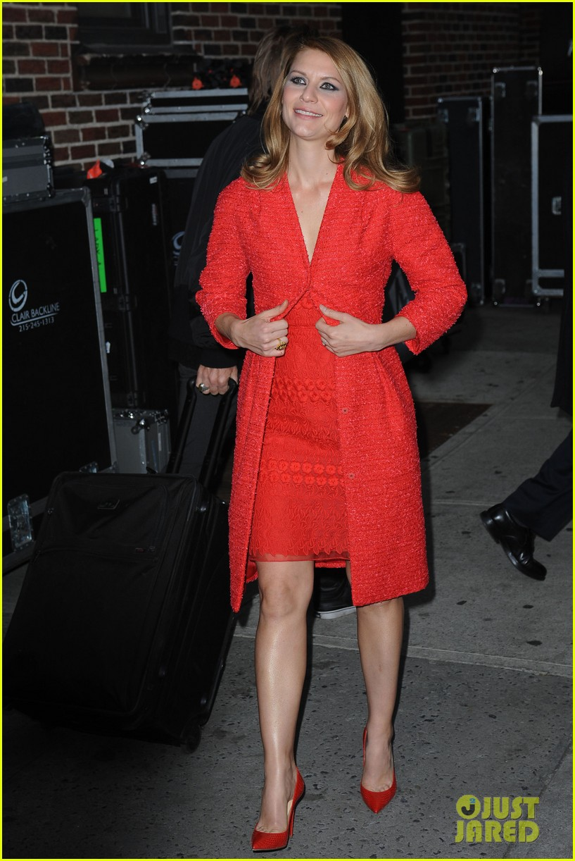 claire danes debuts brunette hair on letterman 06