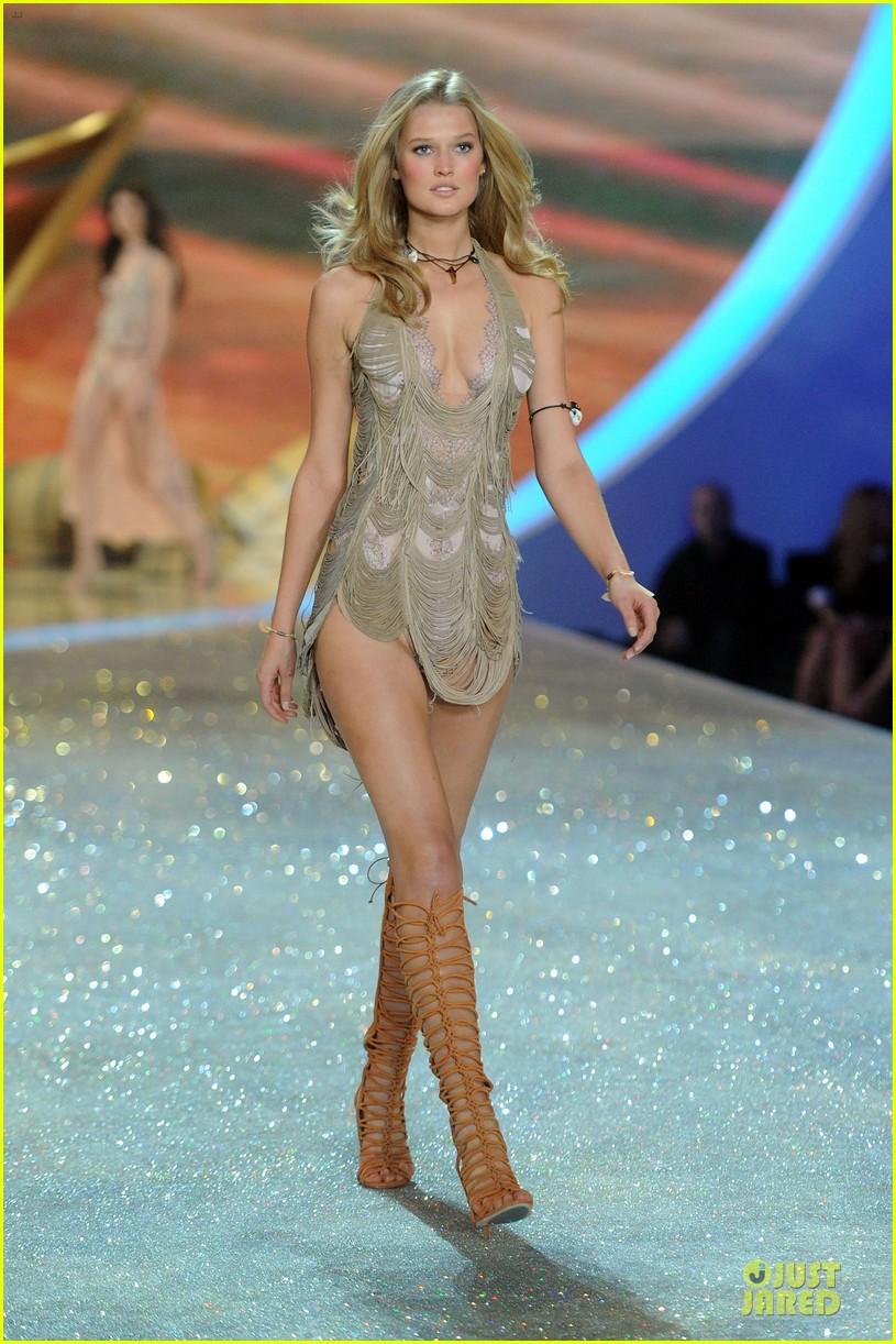 cara delevingne toni garrn victorias secret fashion show 2013 032992334