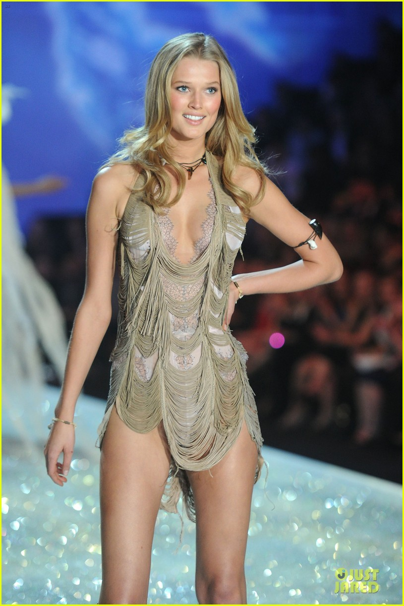 cara delevingne toni garrn victorias secret fashion show 2013 132992344