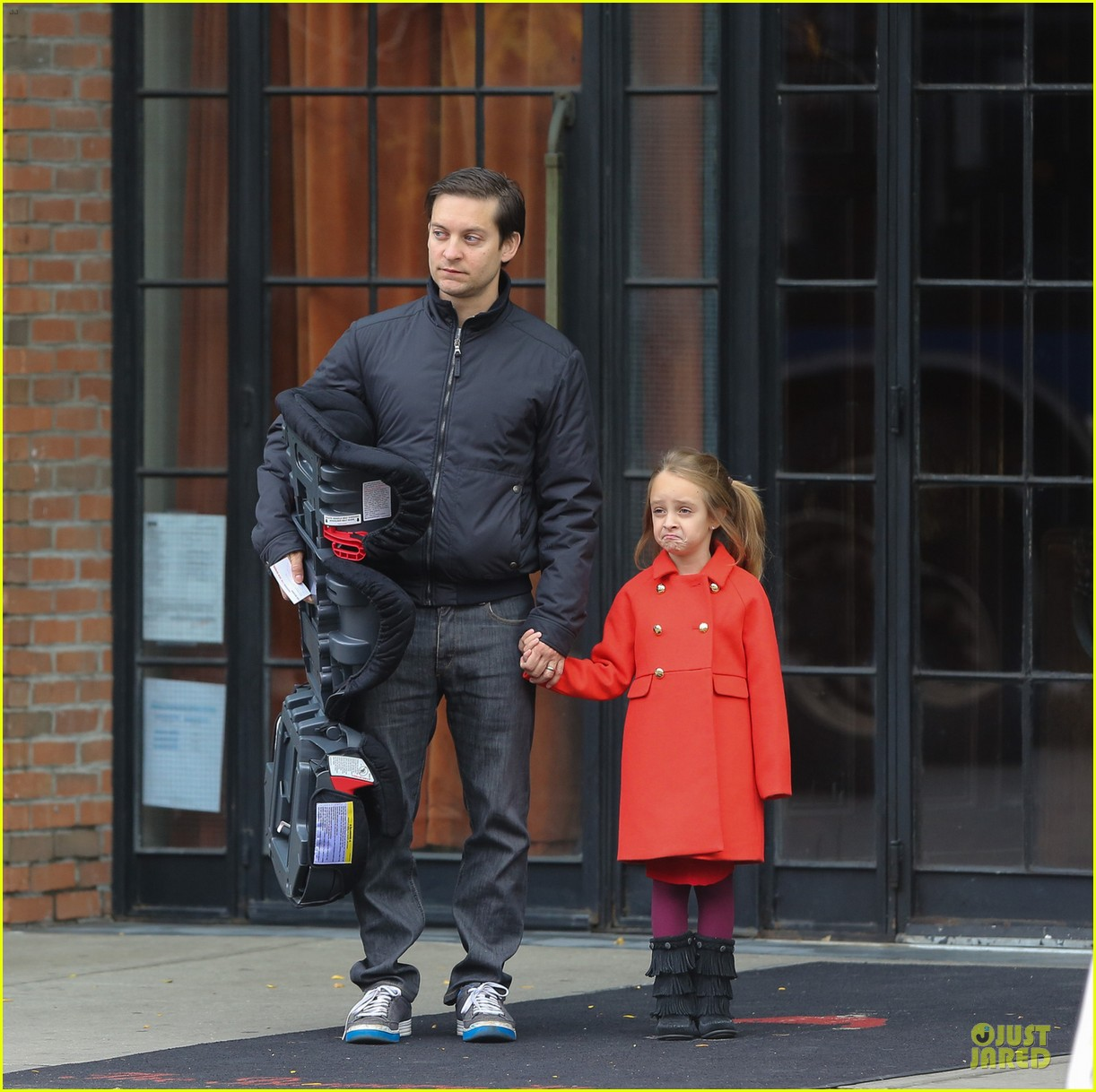 leonardo dicaprio cares for tobey maguire daughter ruby 04