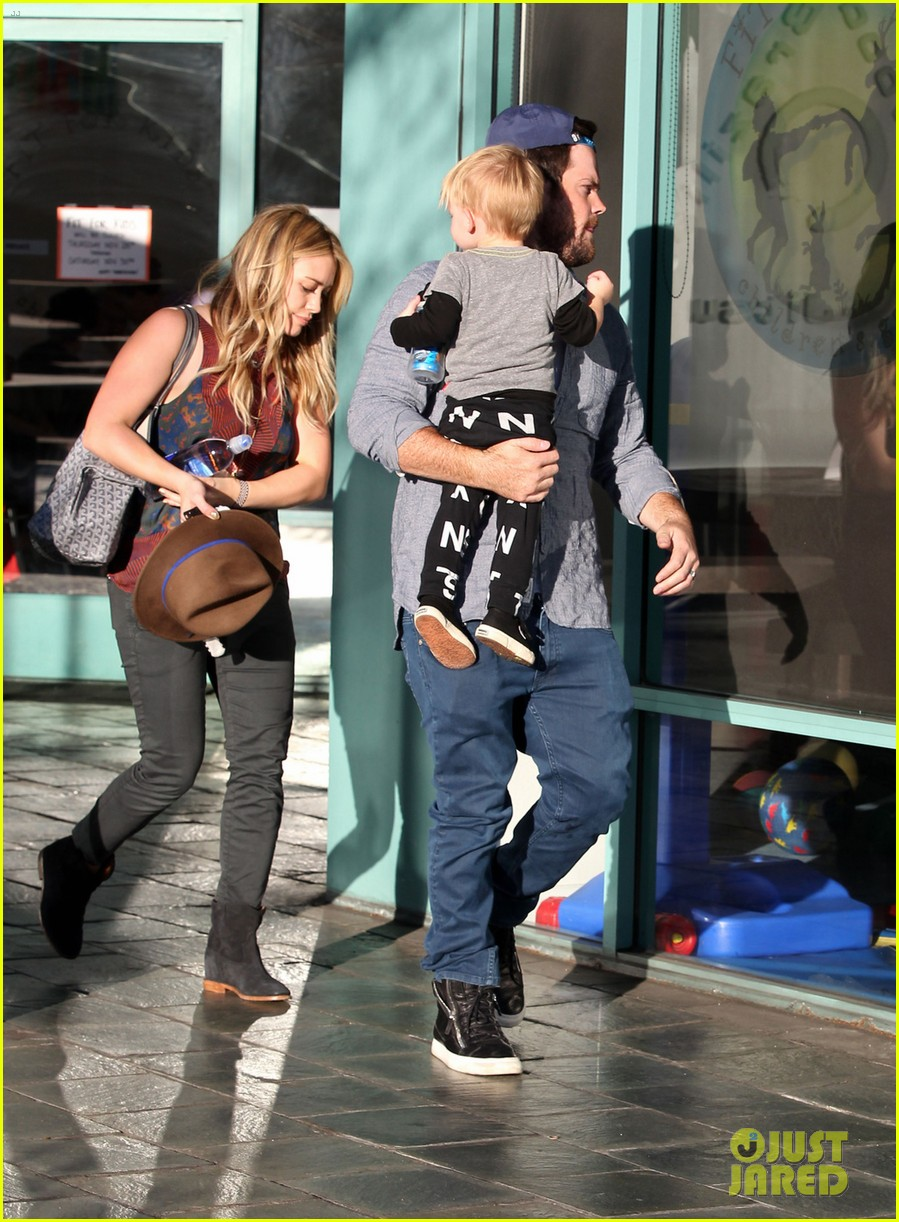 hilary duff mike comrie take luca to get his hair cut 013001607