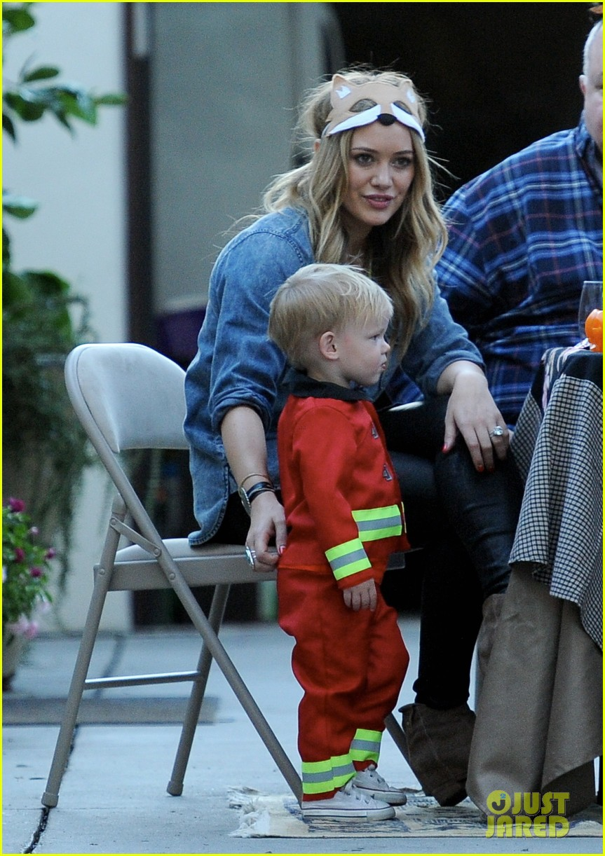 hilary duff mike comrie spent halloween with luca 022984218